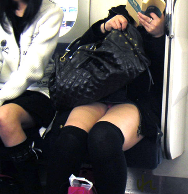 電車内 パンチラ 対面 エロ画像【36】