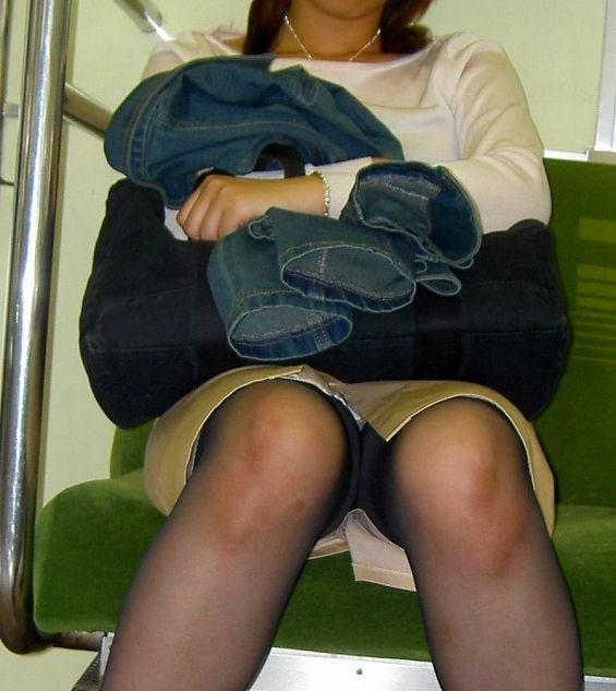 電車内 パンチラ 対面 エロ画像【40】
