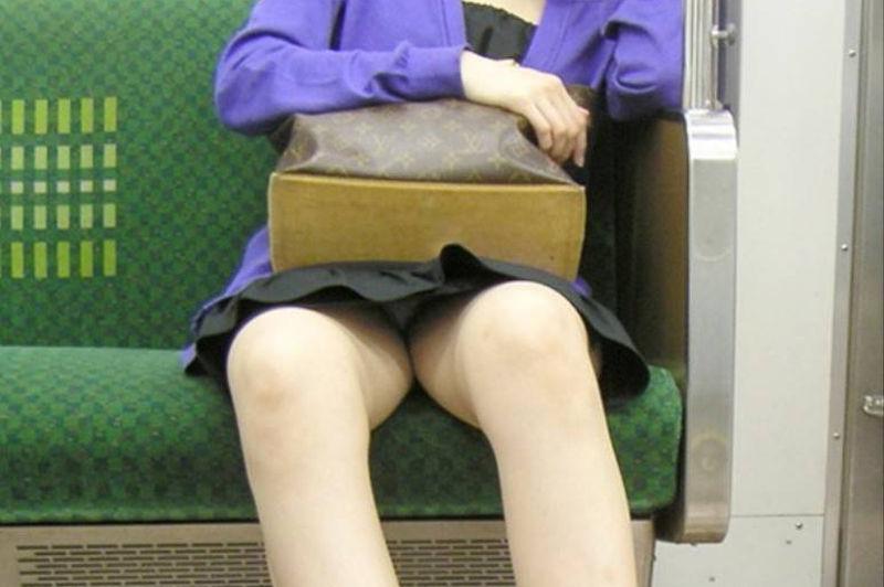 電車内 パンチラ 対面 エロ画像【43】