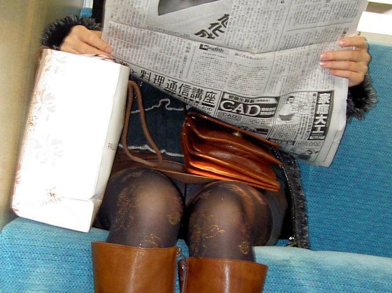 電車内 パンチラ 対面 エロ画像【47】