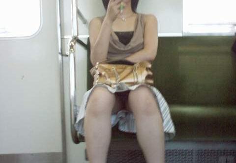 電車内 パンチラ 対面 エロ画像【50】