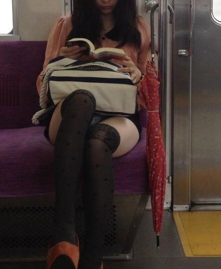 電車内 パンチラ 対面 エロ画像【52】