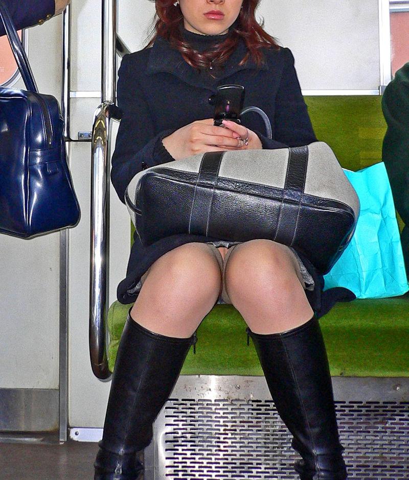 電車内 パンチラ 対面 エロ画像【58】