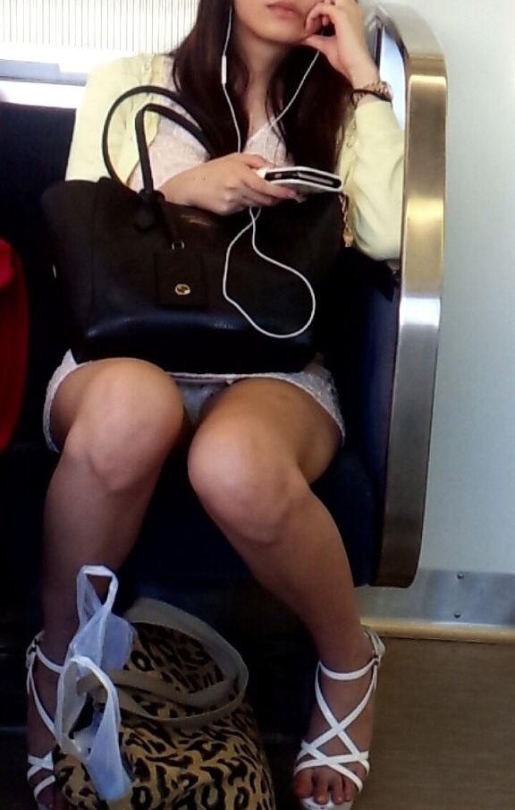 電車内 パンチラ 対面 エロ画像【62】