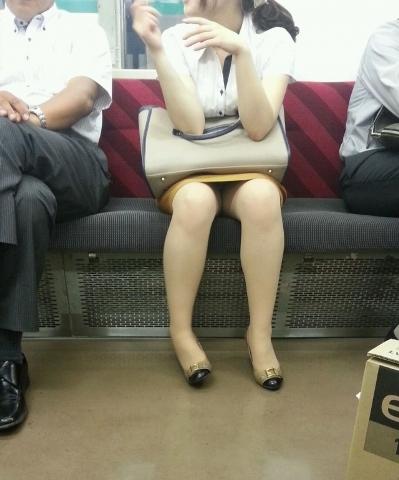 電車内 パンチラ 対面 エロ画像【63】