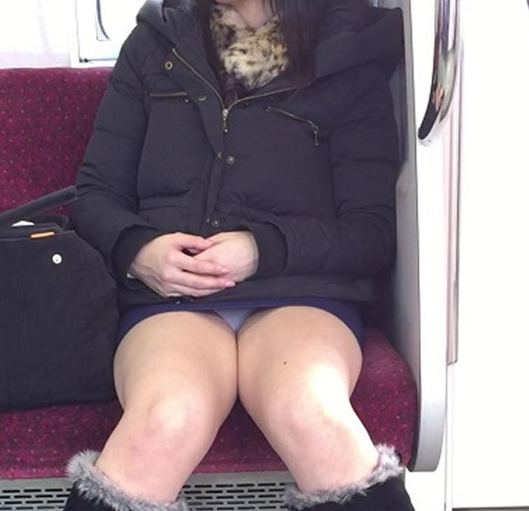 電車内 パンチラ 対面 エロ画像【64】