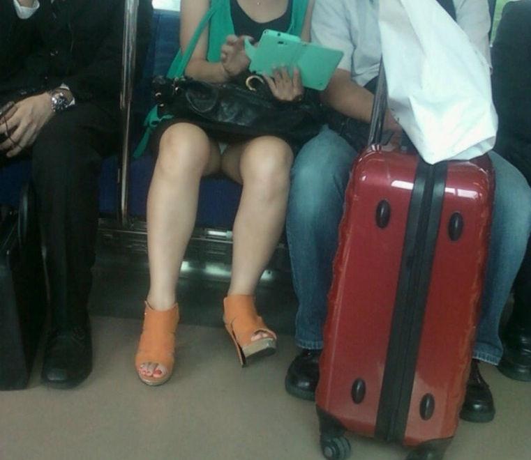 電車内 パンチラ 対面 エロ画像【65】