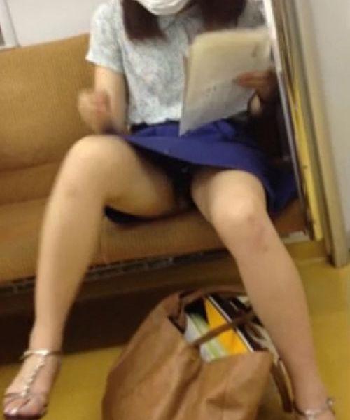 電車内 パンチラ 対面 エロ画像【66】