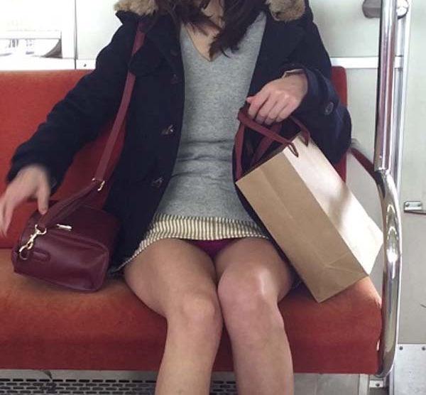 電車内 パンチラ 対面 エロ画像【67】