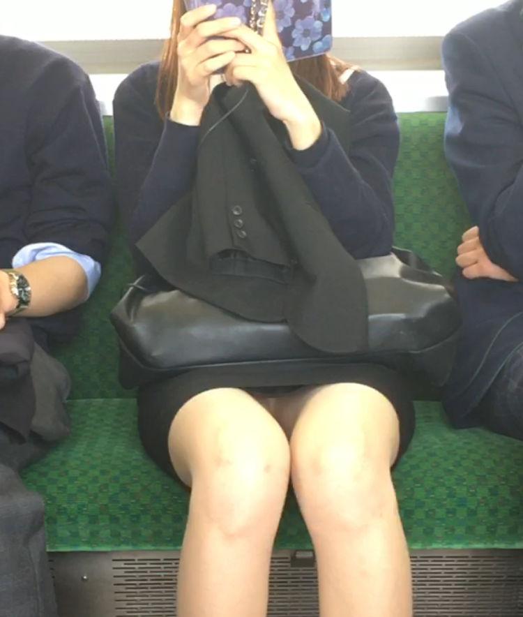 電車内 パンチラ 対面 エロ画像【68】