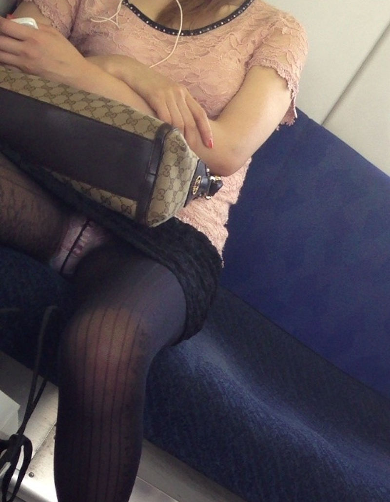 電車内 パンチラ 対面 エロ画像【70】