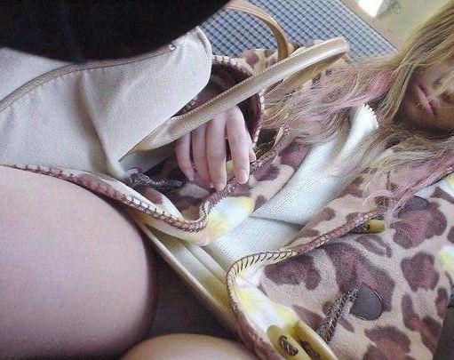 電車内 パンチラ 対面 エロ画像【72】