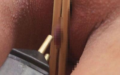 箸でまんこや乳首を挟んでつまむエロ画像 ①