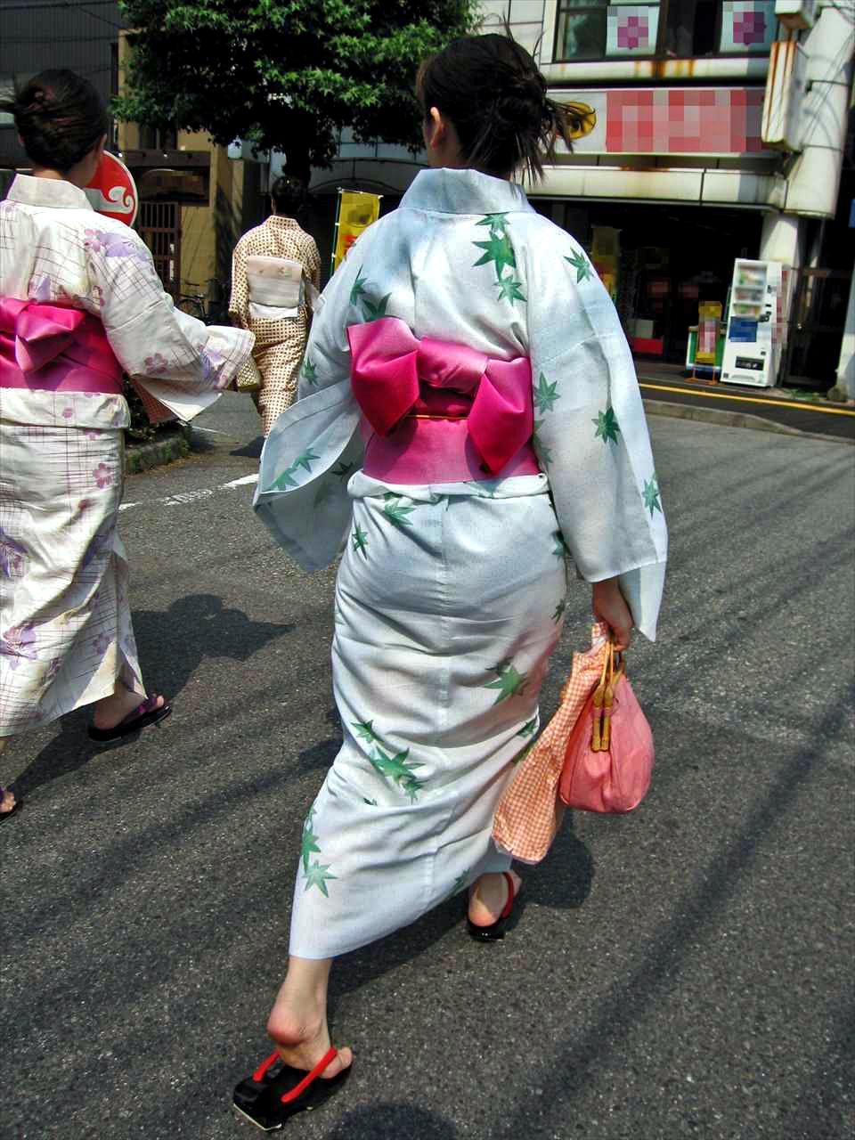 浴衣 お尻 透けパン パンティーライン エロ画像【24】
