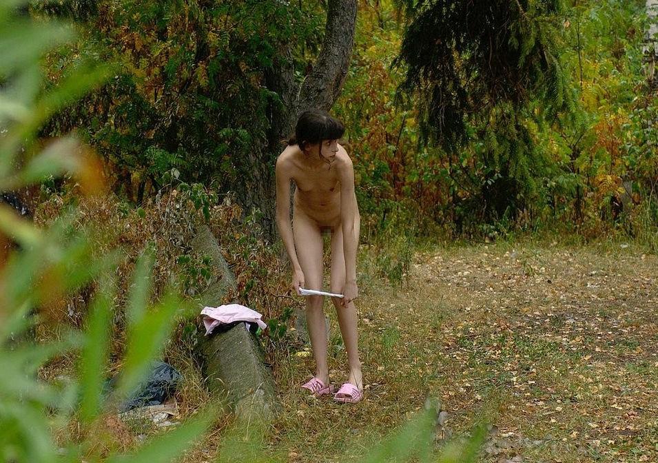 森林で外人がパンツ脱いでる野外脱ぎかけエロ画像