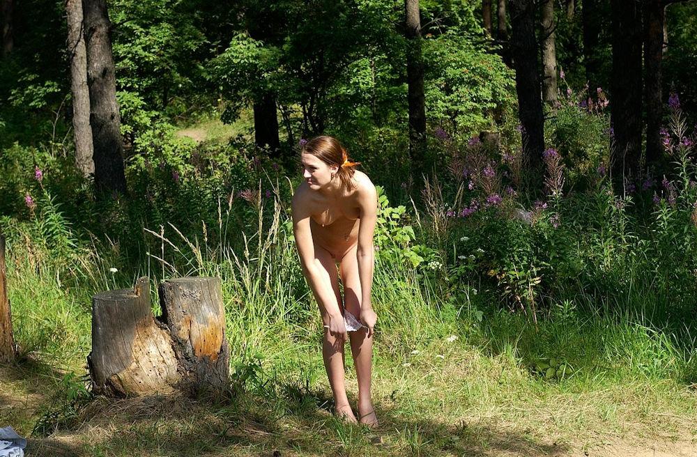 森林 外人 パンツ 脱ぐ 野外 脱ぎかけ エロ画像【18】