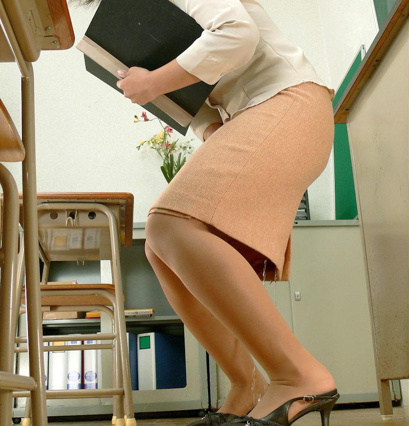 先生 教室 おしっこ おもらし エロ画像【34】