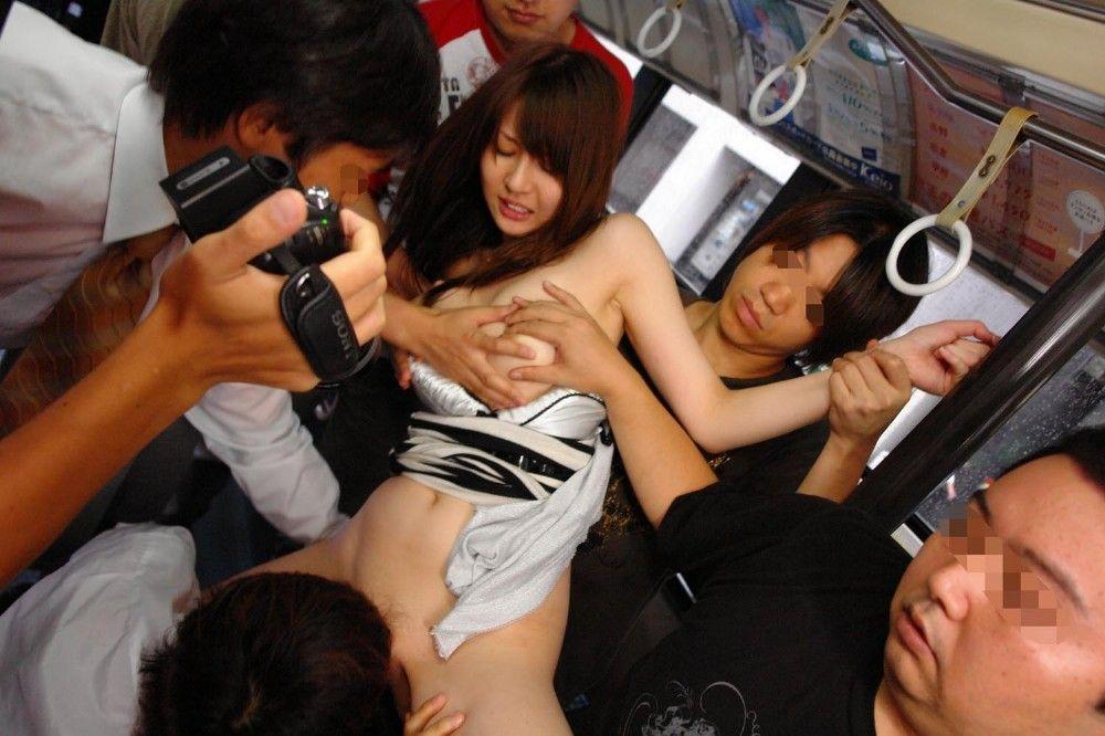 1人の女 複数の男 体 触られまくる エロ画像【7】