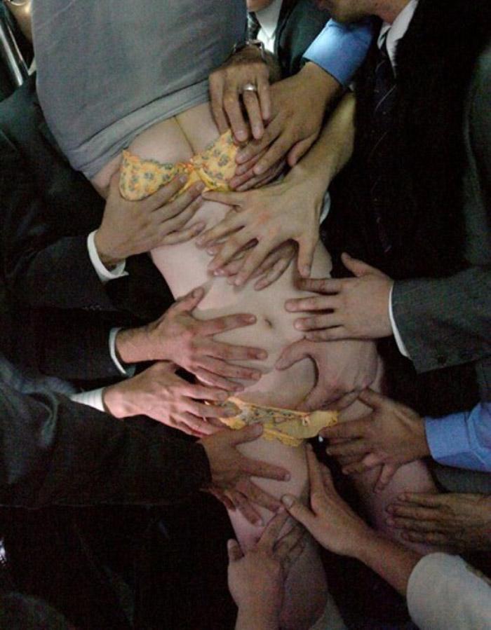 1人の女 複数の男 体 触られまくる エロ画像【11】