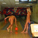 外国人が全裸で楽しむヌードボウリングのエロ画像