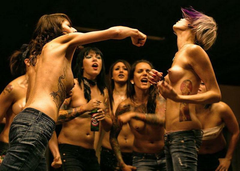 おっぱい出して喧嘩するトップレスファイトクラブのエロ画像