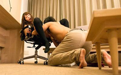 椅子でおまんこペロペロする座りクンニのエロ画像 ③