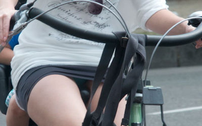 ミニスカ外国人の自転車パンチラ街撮りエロ画像 ③