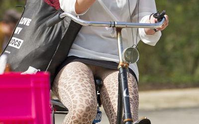 ミニスカ外国人の自転車パンチラ街撮りエロ画像 ④
