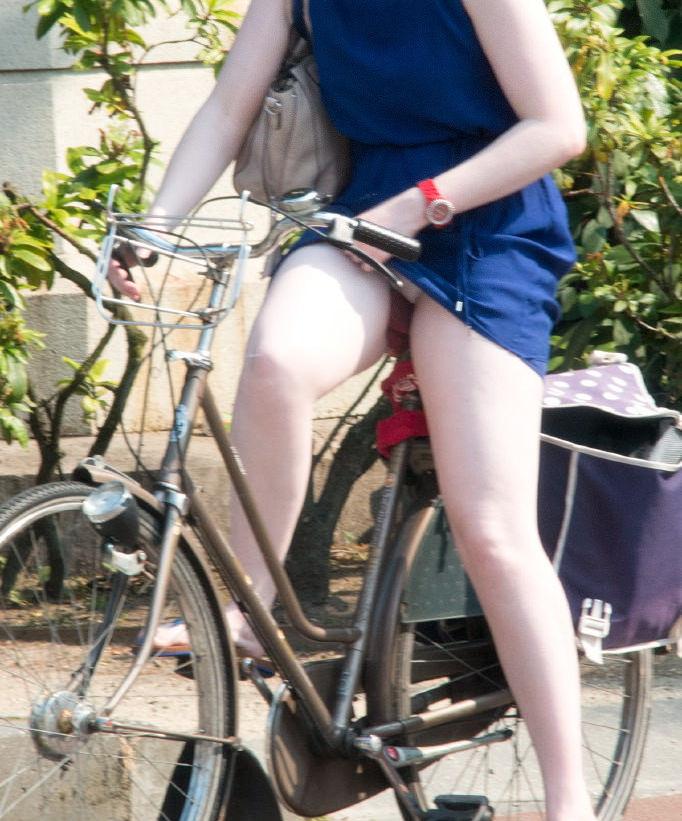 ミニスカ 外国人 自転車 パンチラ 街撮り エロ画像【2】