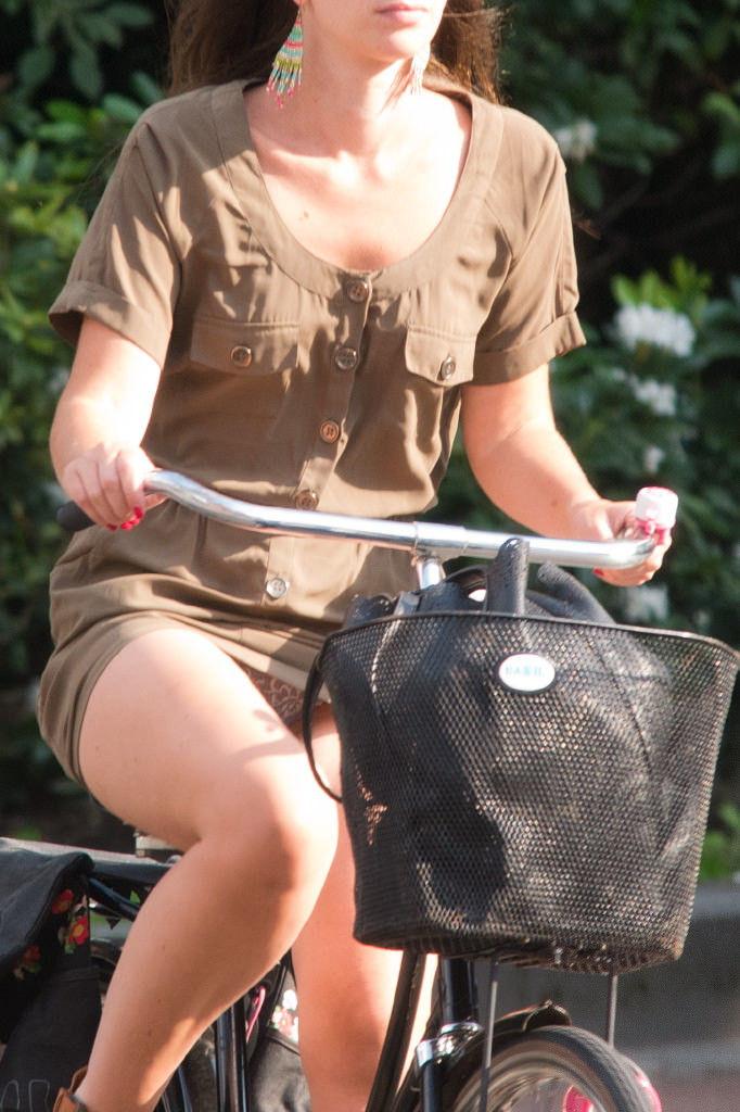 ミニスカ 外国人 自転車 パンチラ 街撮り エロ画像【3】