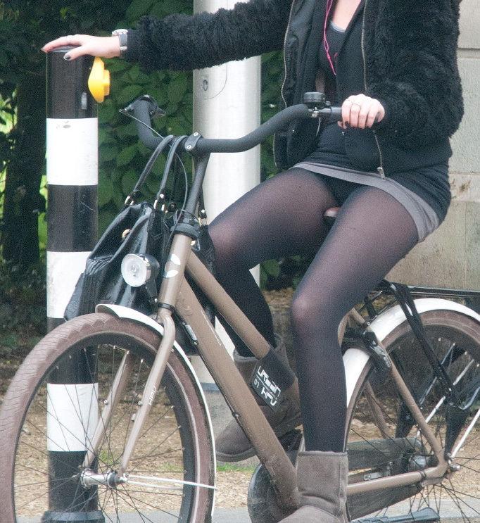 ミニスカ 外国人 自転車 パンチラ 街撮り エロ画像【4】