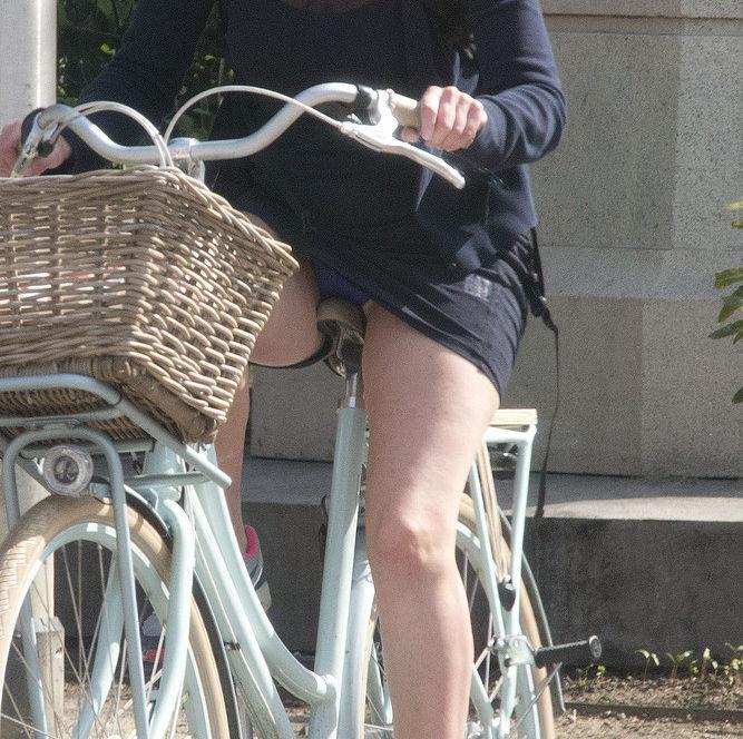 ミニスカ 外国人 自転車 パンチラ 街撮り エロ画像【6】