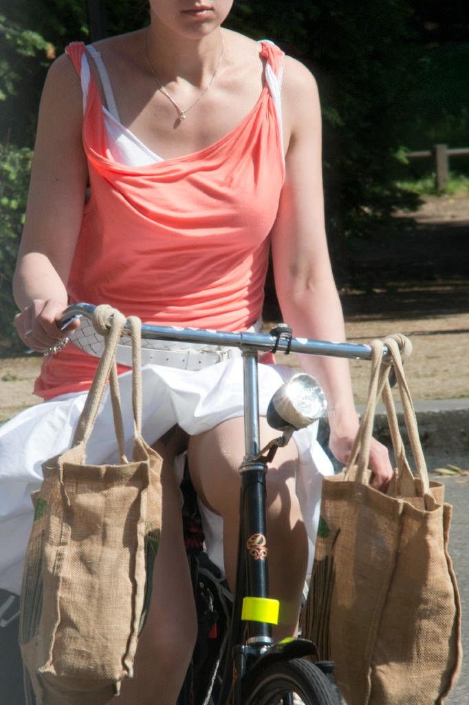 ミニスカ 外国人 自転車 パンチラ 街撮り エロ画像【8】