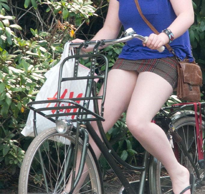 ミニスカ 外国人 自転車 パンチラ 街撮り エロ画像【9】