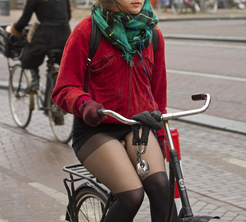 ミニスカ 外国人 自転車 パンチラ 街撮り エロ画像【10】
