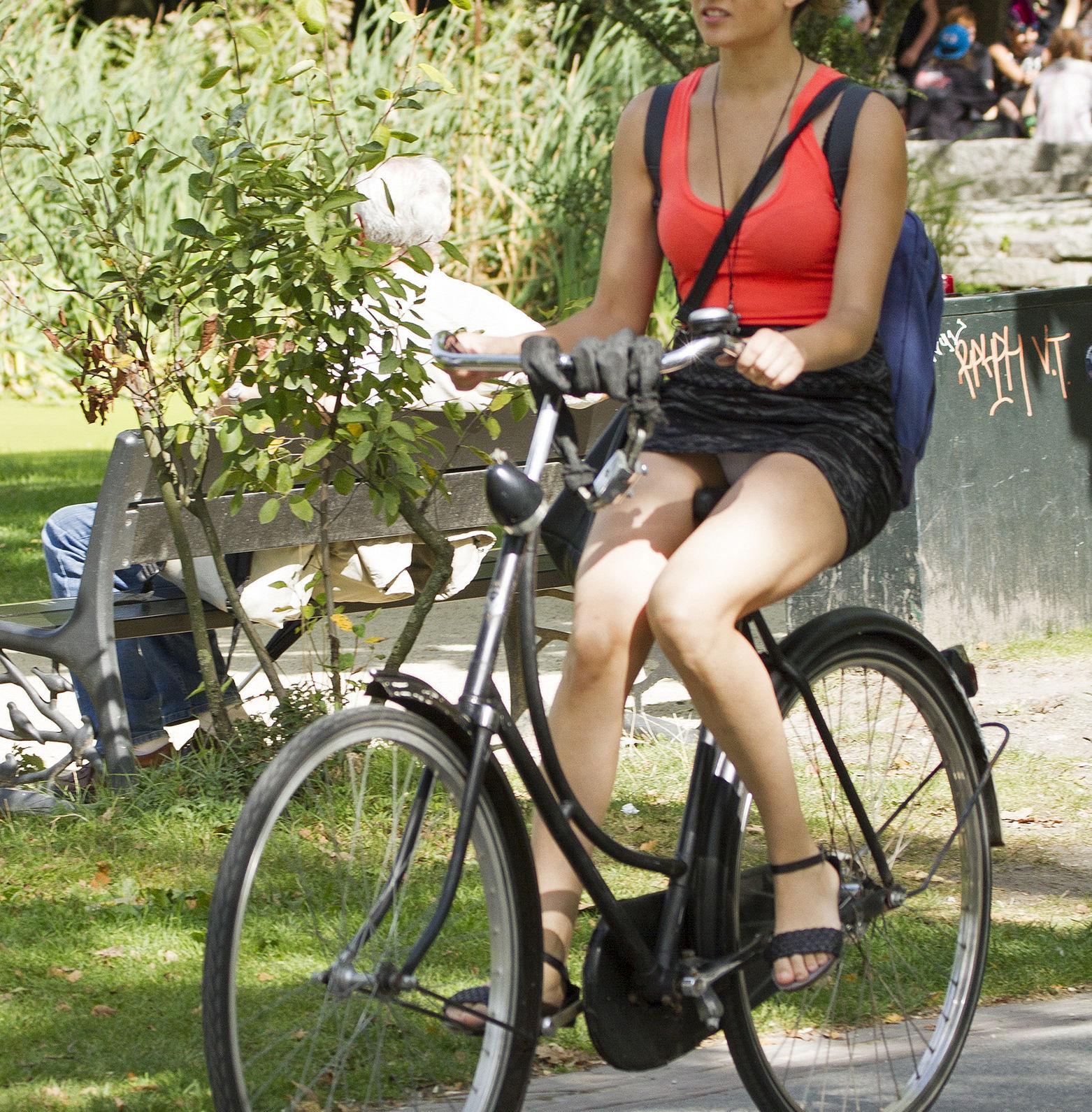 ミニスカ 外国人 自転車 パンチラ 街撮り エロ画像【12】