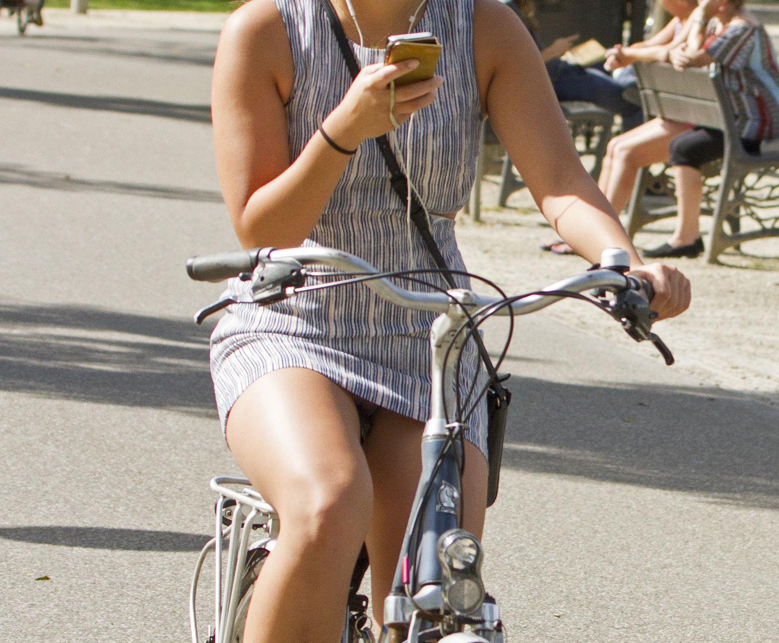 ミニスカ 外国人 自転車 パンチラ 街撮り エロ画像【13】