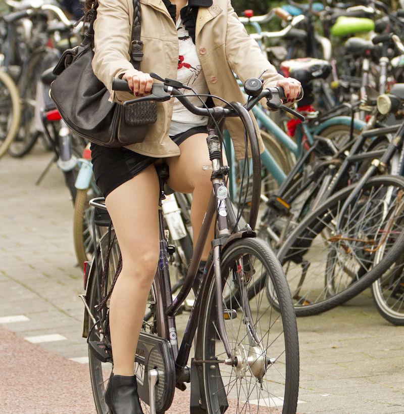 ミニスカ 外国人 自転車 パンチラ 街撮り エロ画像【15】