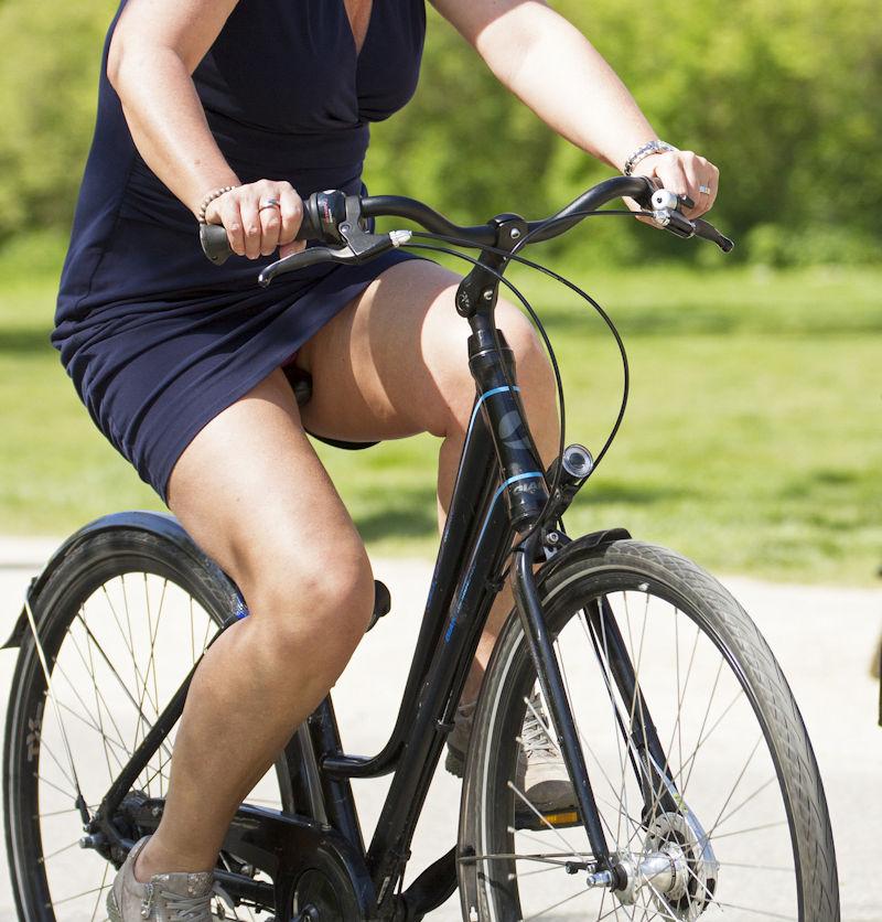 ミニスカ 外国人 自転車 パンチラ 街撮り エロ画像【16】