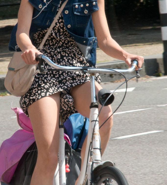 ミニスカ 外国人 自転車 パンチラ 街撮り エロ画像【17】