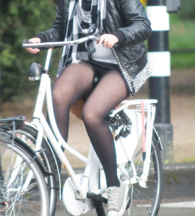 ミニスカ 外国人 自転車 パンチラ 街撮り エロ画像【20】