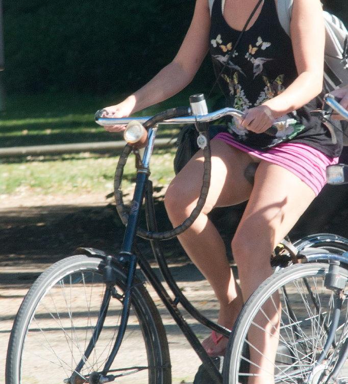ミニスカ 外国人 自転車 パンチラ 街撮り エロ画像【21】
