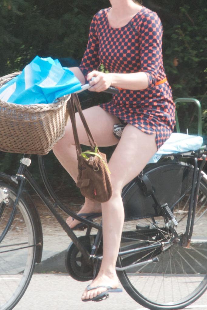 ミニスカ 外国人 自転車 パンチラ 街撮り エロ画像【22】