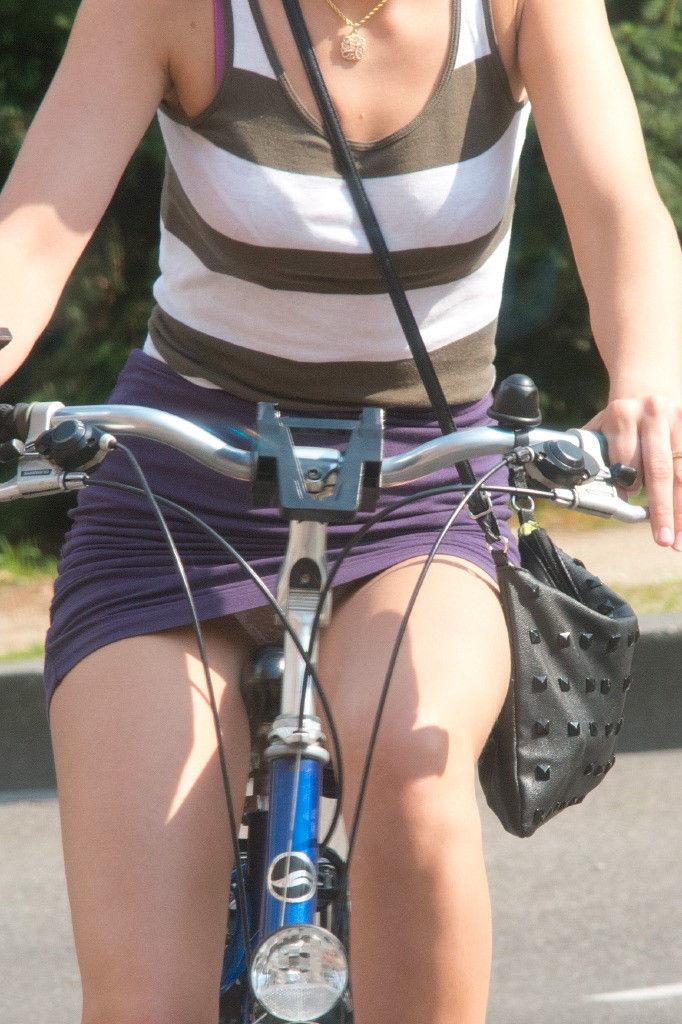 ミニスカ 外国人 自転車 パンチラ 街撮り エロ画像【23】