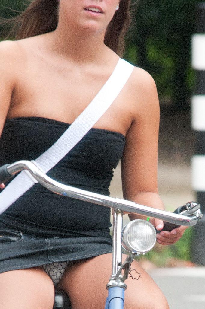 ミニスカ 外国人 自転車 パンチラ 街撮り エロ画像【25】