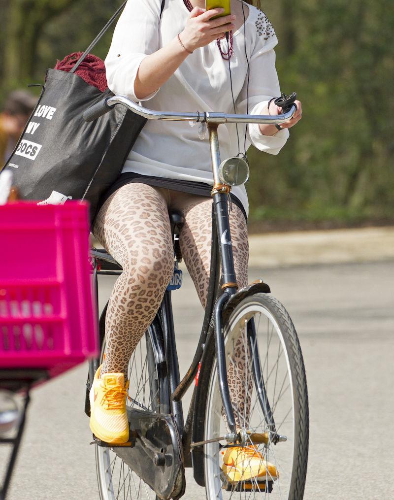ミニスカ 外国人 自転車 パンチラ 街撮り エロ画像【29】