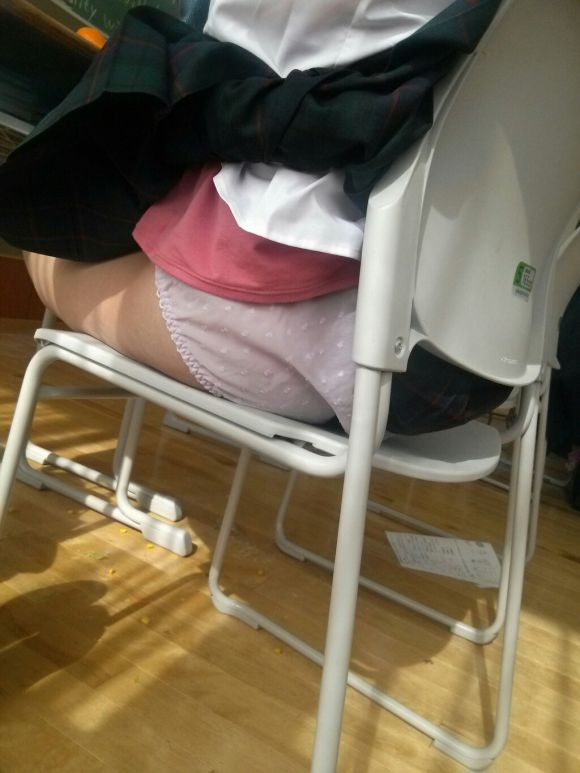 学校 教室 机の下 JK パンチラ エロ画像【3】