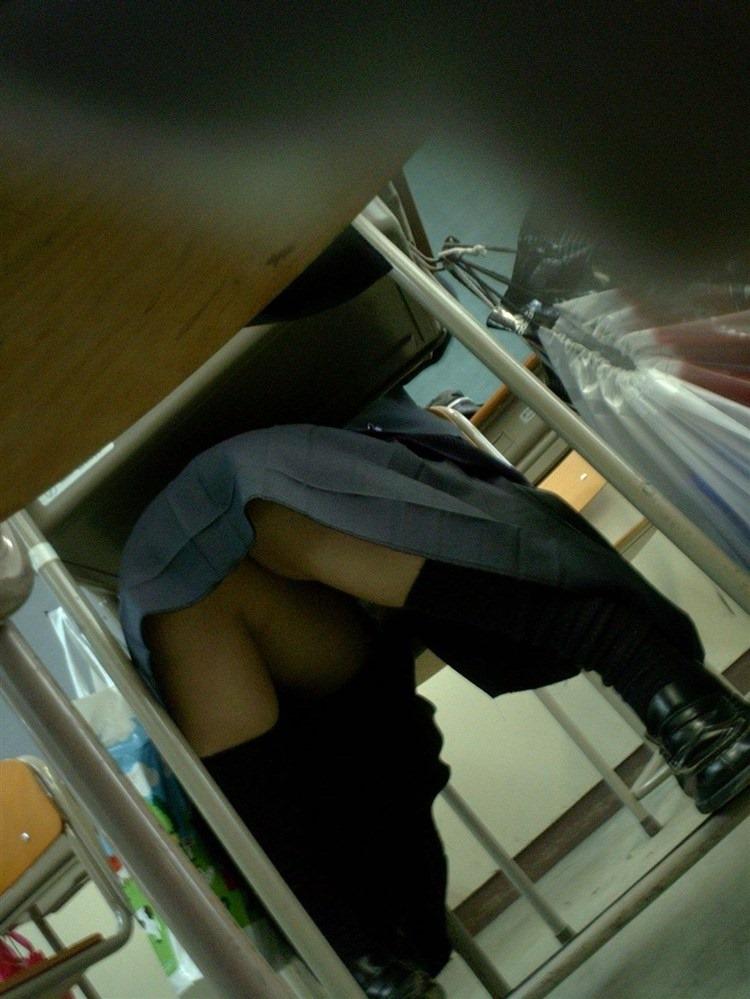 学校 教室 机の下 JK パンチラ エロ画像【14】