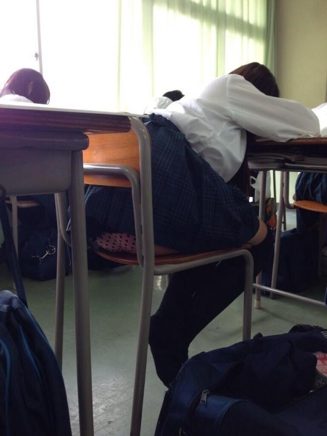 学校 教室 机の下 JK パンチラ エロ画像【31】