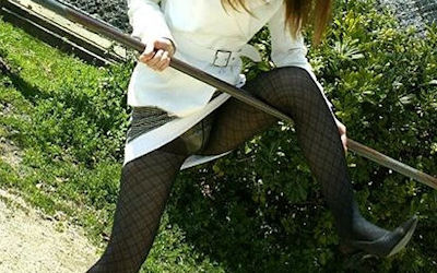 片足上げでスカートがら空きなパンチラ画像 ①